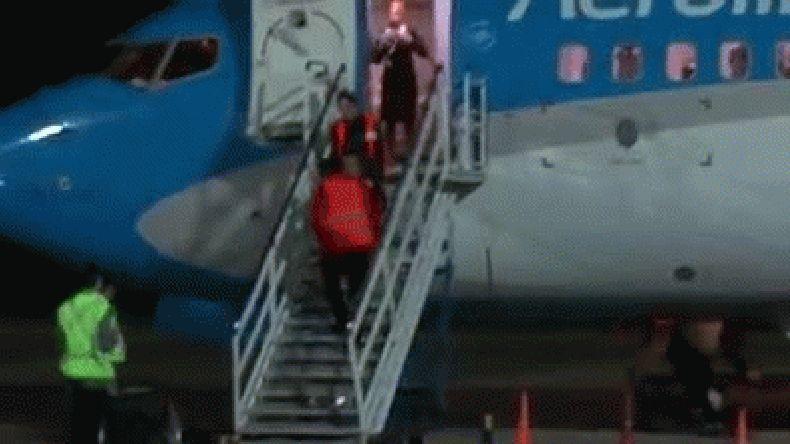 Debieron bajar a pasajero en silla de ruedas por las escaleras por avería en la manga