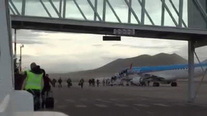 Pasajeros deben cruzar pista de aterrizaje en medio de un temporal de viento