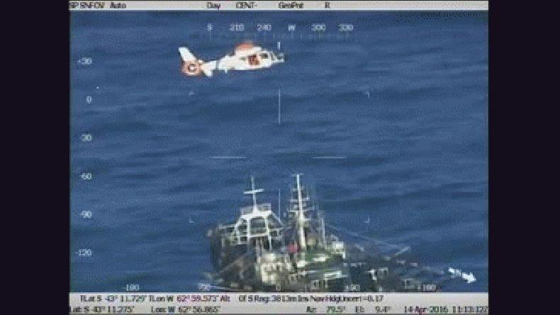 Así rescató Prefectura a un tripulante cuando sufrió convulsiones en plena navegación