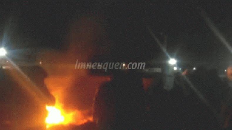Cansados de los robos quemaron una casa y se filmaron pidiendo una comisaría