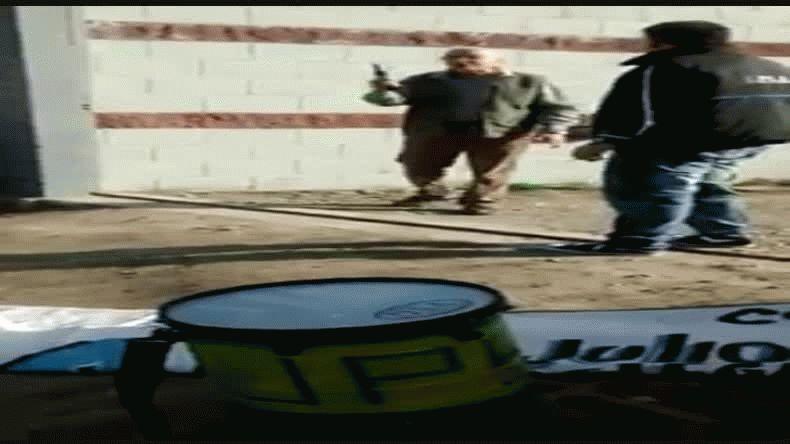 Vigiladores amenazados a punta de pistola por su jefe en plena calle