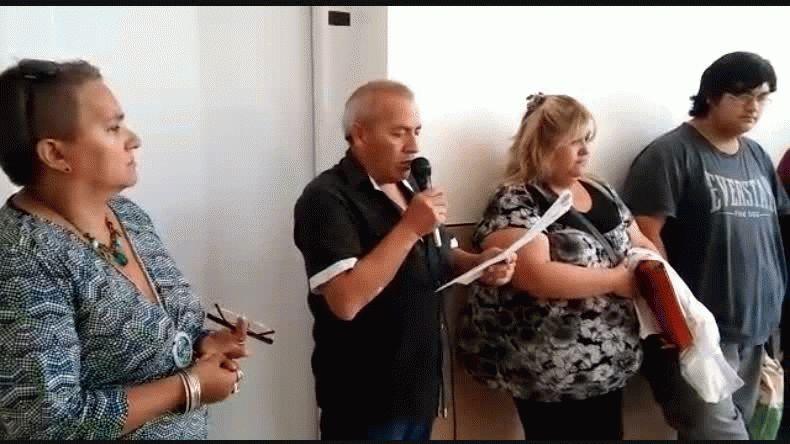 Nomina de profesionales y enfermeros despedidos . Video : Martín Pérez @elpatagonico